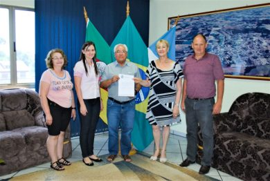 Prefeito Camargo dá posse à nova secretária de Educação